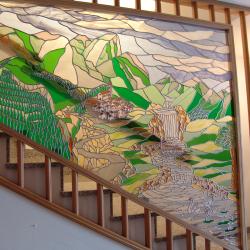 """Vetrata per scala """" paesaggio montano """" come un grande mosaico"""